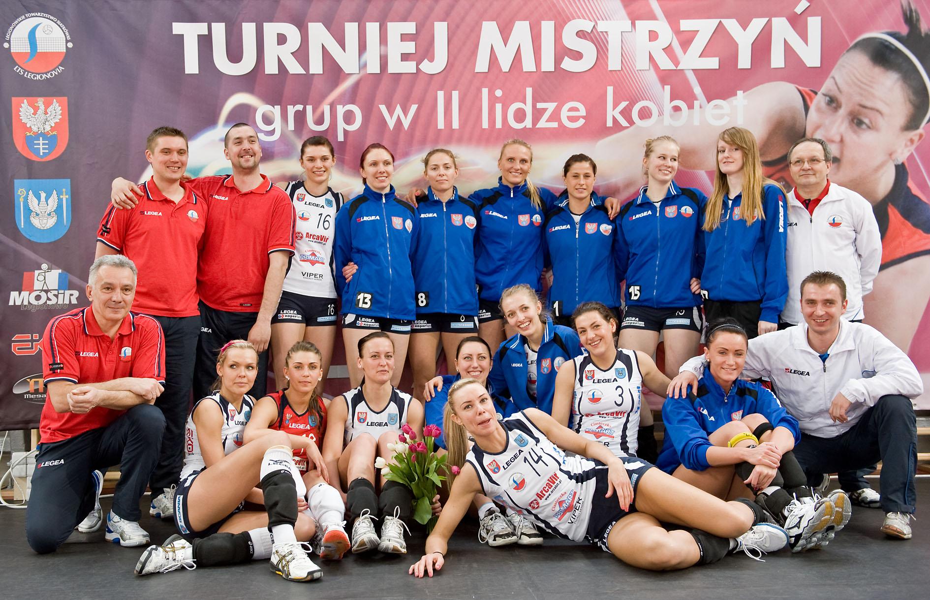 """Wojciech Lalek i jego """"Laleczki"""", także współpracownicy, po awansie do I ligi w sezonie 2010/20011."""