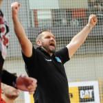 Trener Robert Lis chwalił całą drużynę, miał powody do zwycięskiego gestu.