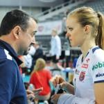 Trener w rozmowie z rozgrywającą Natalią Gajewską.