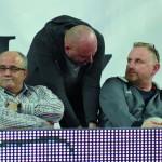 Wiceprezes M. Bąk demonstruje trenerowi Jackowi Nawrockiemu (podobno przyszły trener koordynator legionowskich siatkarek) jak należy przyjmować piłkę. Prezes S. Supa średnio zainteresowany tym pokazem.