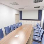 I piętro, mała sala konferencyjna.