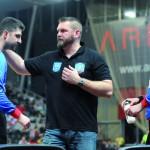 Legionowscy bramkarze, w rozmowie z trenerem Robertem Lisem, też bohaterowie tego spotkania. Z lewej Tomislav Stojković, z prawej Mikołaj Krekora.