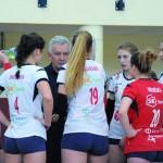 Dziewczyny wysłuchują uwag trenera Wojciecha Lalka.