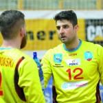 Bohater spotkania Tomislav Stojkowić w rozmowie z nowym kolegą z zespołu Marcinem Malanowskim.