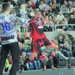 Zabrską bramkę atakuje najlepszy strzelec tego meczu (10 bramek) i najlepszy snajper całych rozgrywek PGNiG Superligi w tym sezonie - Witek Titow.