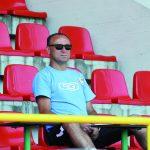 Trener Ryszard Wieczorek uważnie przypatrywał się grze, robił notatki... Fot. fotoMiD