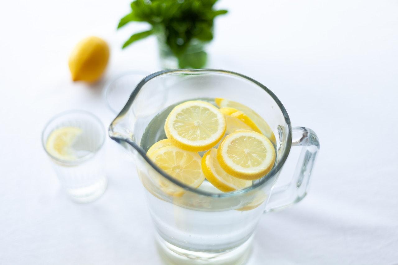 Jakie są skutki uboczne picia wody z cytryną?